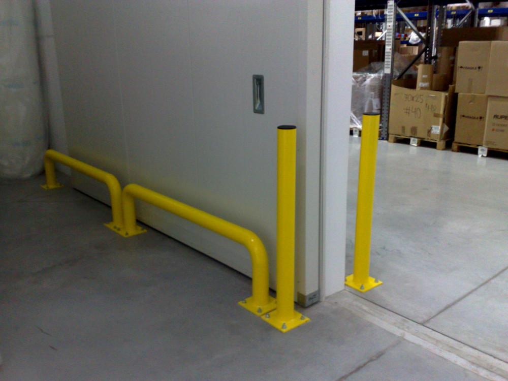 Słupek ochronny zabezpieczający elementy magazynowej bramy wjazdowej.